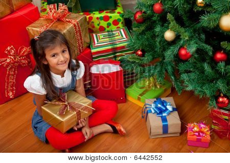 Chica con regalo de Navidad