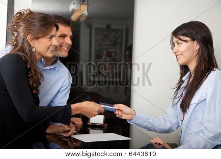 Kunden zahlen im hotel