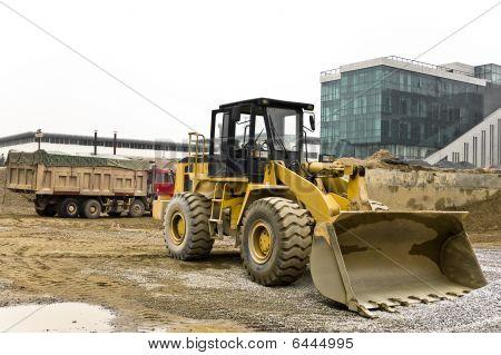 Gelbe und schwarze staubigen Bulldozer geparkt auf der Baustelle