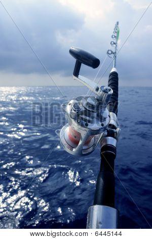 Barco pesca en mar profundo