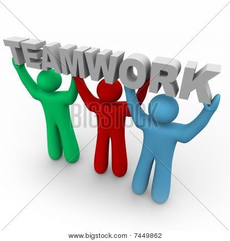 Trabajo en equipo - tres personas mantienen la palabra