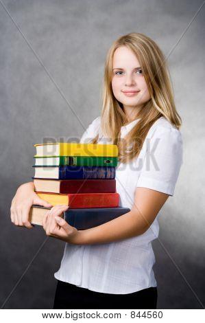 Mädchen tragen Bücher