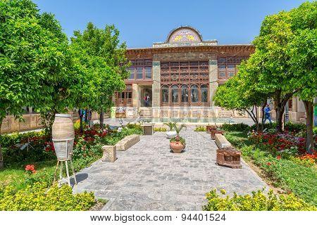 Zinat ol Molk House inner garden