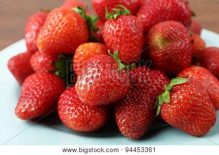 Ripe strawberries in plate, closeup