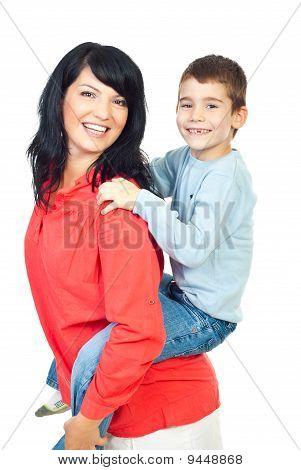 Glückliche Mutter und Sohn im Ausgleichsbehälter