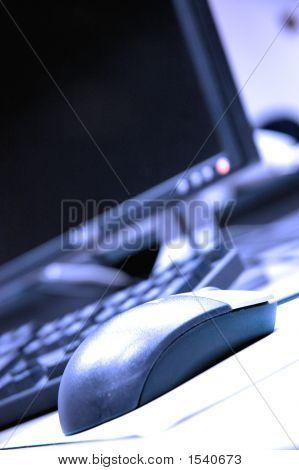 Foto de teclados y Mouse azul