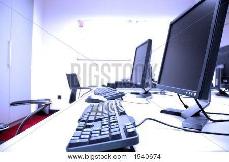 Sala de ordenadores azul