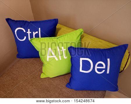 Kata-kata Ctrl Alt Del ini menyampaikan sesuatu untuk tamu yang ada di Hotel