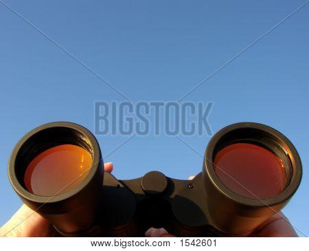 Binoculares en manos