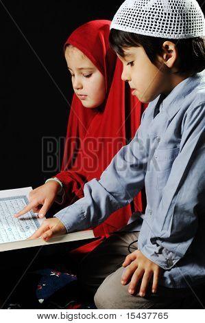 Muslimisches Mädchen auf schwarzem Hintergrund lesen Koran