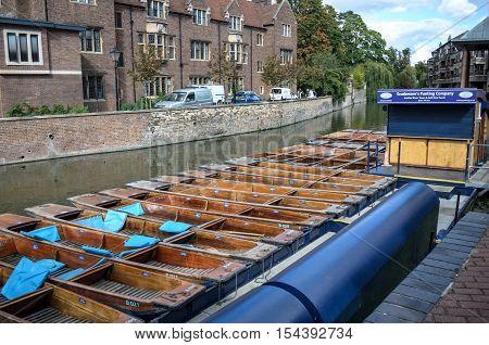 Cambridge, England-june 2009: Punts Lined Up On River Circa June 2009 In University Campus Cambridge