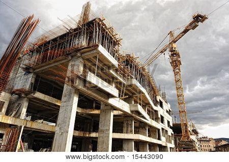 Emplazamiento de la obra con la grúa y el edificio