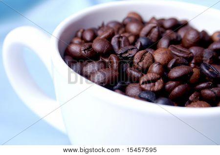 eine Tasse Espresso Kaffee Bohnen