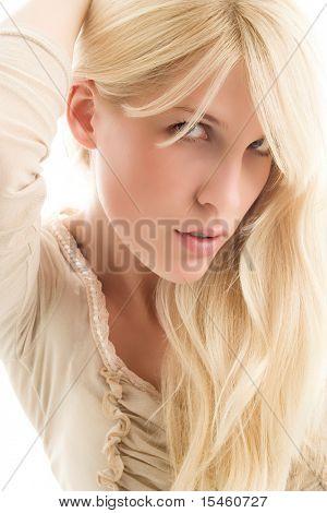 Retrato de la joven mujer rubia