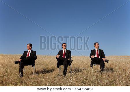 drei Geschäftsmann auf dem Feld, jede ein Blick an einem Ort