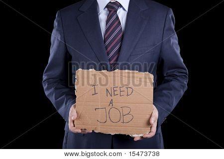 paro empresario irreconocible, mostrando un mensaje en una cartulina que necesita un trabajo