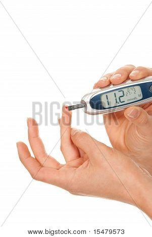 Paciente de diabetes fazendo teste nível de glicose sanguínea