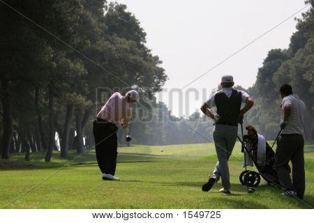 Swing de golfe no campo de golfe de Riva Dei Thessaly, Itália