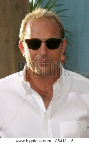 LOS ANGELES - 11 de ago: Kevin Costner na estréia de 'Open Range' em 11 de agosto de 2003, em Los Angeles,
