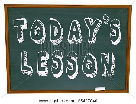 Las palabras de hoy lección en una pizarra de la escuela que representa la importancia de la educación continua