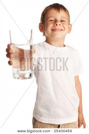 Muchacho con un vaso de agua aislado en blanco