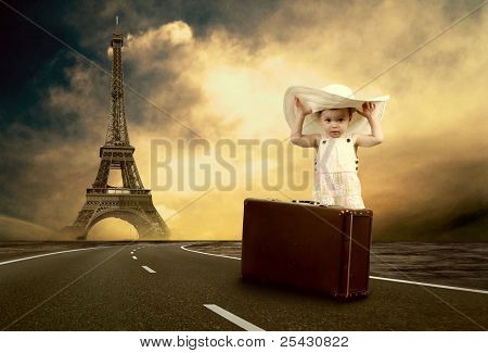 Niña, espera en el camino con su equipaje vintage