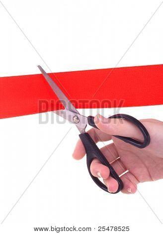 Mão de mulher com tesoura corte red ribbon isolado no fundo branco