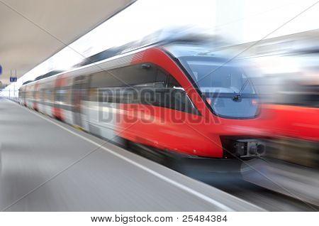 Moderne Geschwindigkeit Zug auf dem Weg