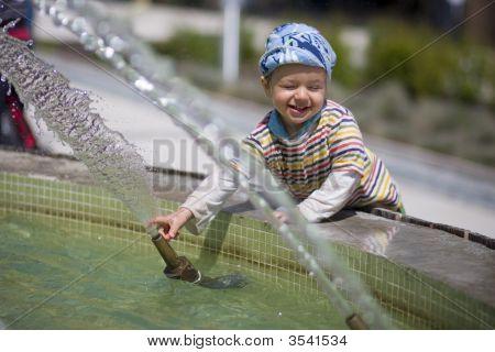 Kleine jongen in de buurt van fontein
