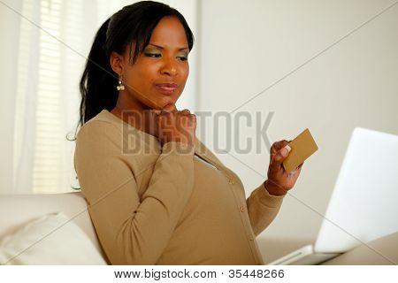 Pensamento de mulher bonita comprar on-line com cartão de crédito