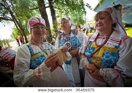 VINNICI, región de LENINGRADO, Rusia - el 10 de junio: Los lugareños durante celebran las vacaciones anuales Vepsia
