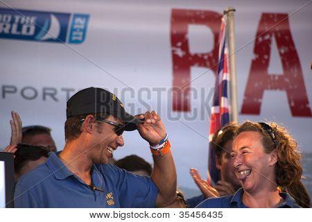 OCEAN VILLAGE, SOUTHAMPTON UK - 22 de julio: El equipo de 'Geraldton' en el final de la Roun Clipper