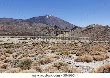 O cónico vulcão Monte Teide ou El Teide em Tenerife é a mais alta montanha de Espanha. Ele tem destaque