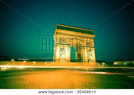 o arco do Triunfo (arc de triomphe), em paris, França. um dos marcos da cidade. À noite.