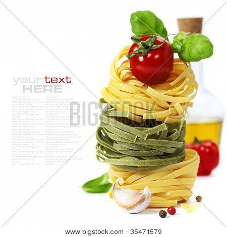 Pasta Italiana con tomate, aceite de oliva y albahaca sobre un fondo blanco (con la muestra extraíble fácil