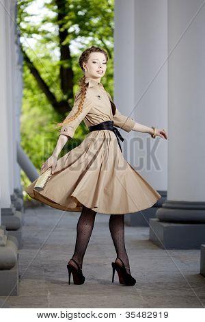 Mulher bonita em um estilo retrô na cidade