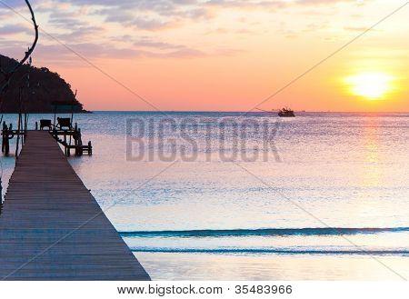 Atardecer junto al mar al final del día