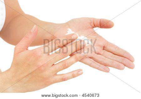 Detail_hands_cream_iptc