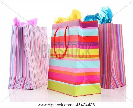 Sacos de compras listrados isolados no branco
