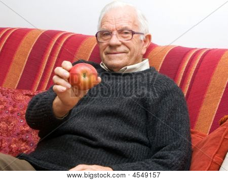 Senior com maçã