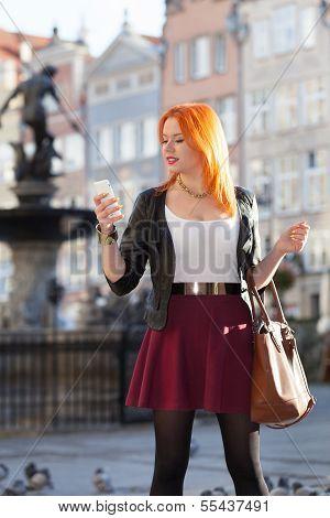 Reisende Frau rote Haare Mädchen mit Smart phone alte Stadt Danzig