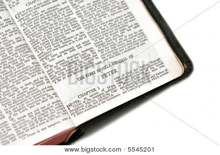 Bíblia aberta a Pedro