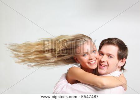 Chica con pelo de vuelo abarca joven