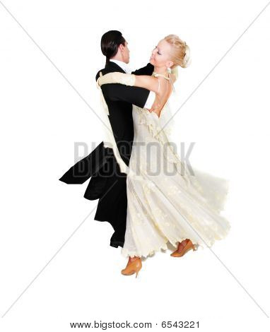 Jovem casal dançando sobre branco