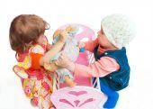 Постер, плакат: Две девочки разделить куклу