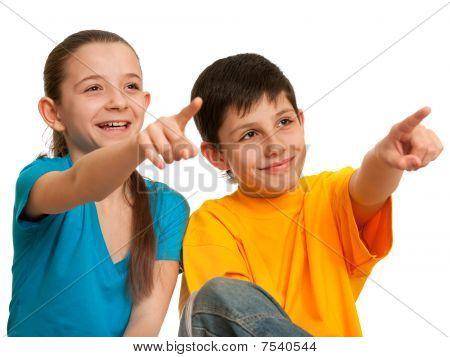 Crianças sorrindo, apontando para a frente