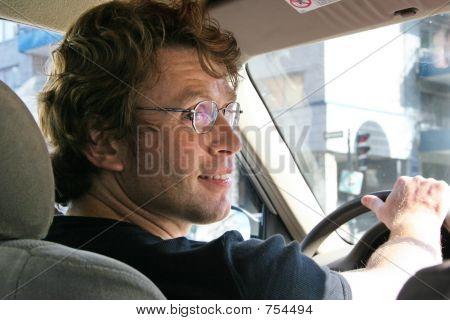 Jonge Man rijden In een stad