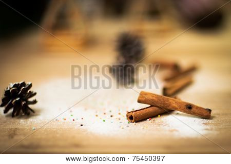 Cinnamon sticks on wood table