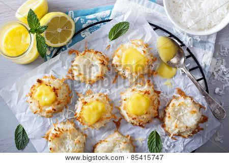 Coconut macaroon cookies with lemon curd
