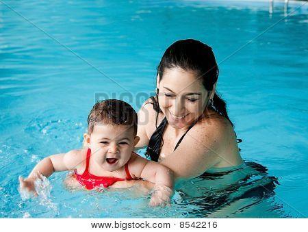 Mãe ensinando natação bebê